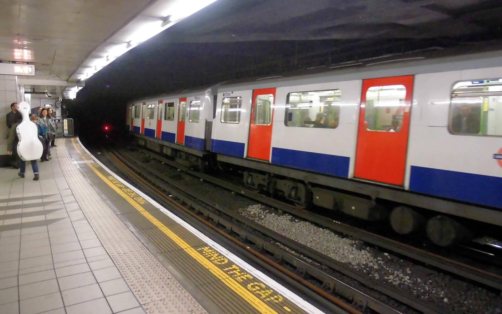 Mind the gap am Bahnsteig in London
