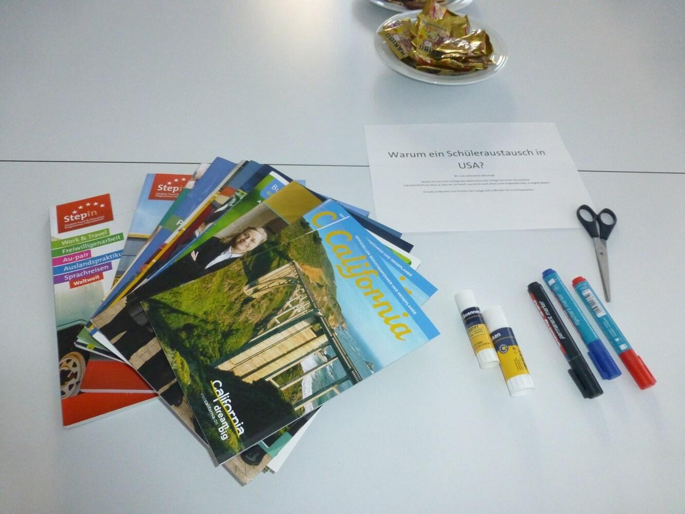 Broschüren und Stifte liegen für die Kreativarbeit bereit