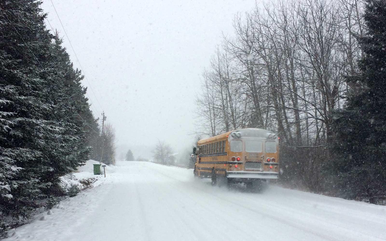 Schulbus im Schnee in Kanada