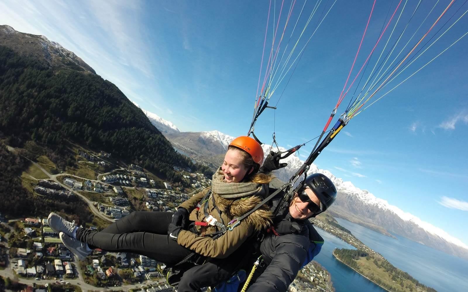 Stina beim Paragliding in Queenstown, Neuseeland