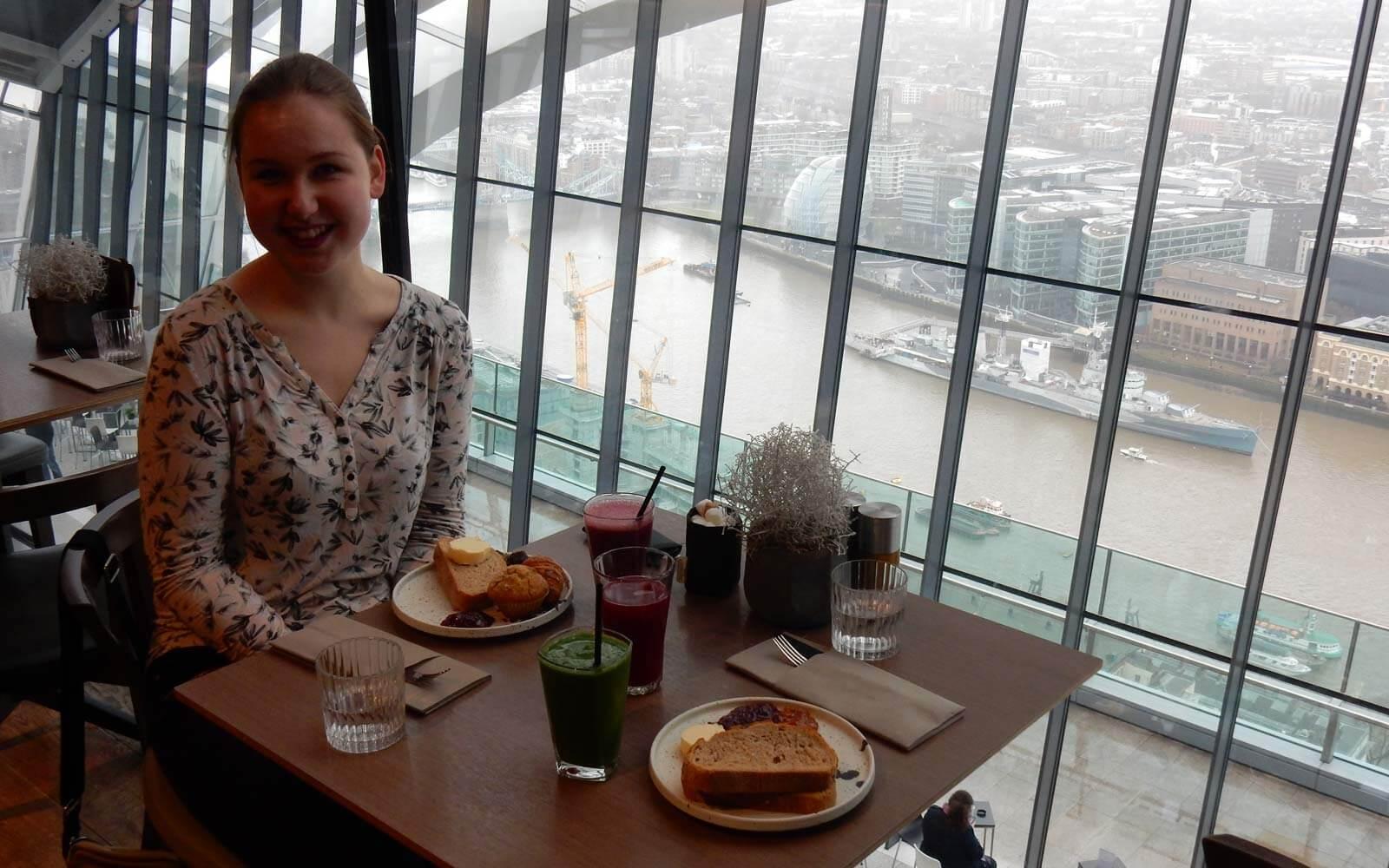 Theres genießt ihr Frühstück mit Aussicht im Londoner Restaurant Darwin