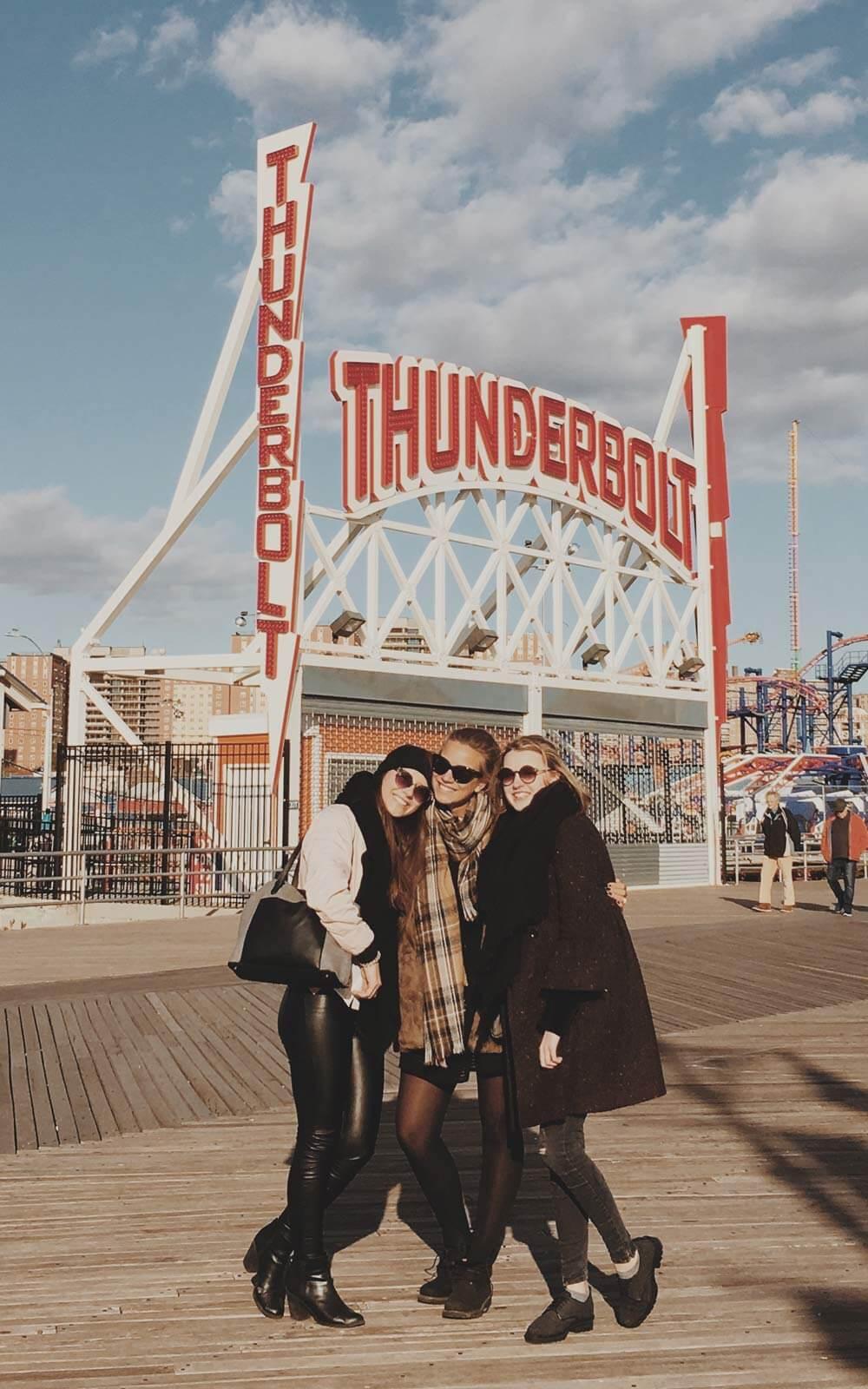 Astrid mit Freundinnen in Coney Island