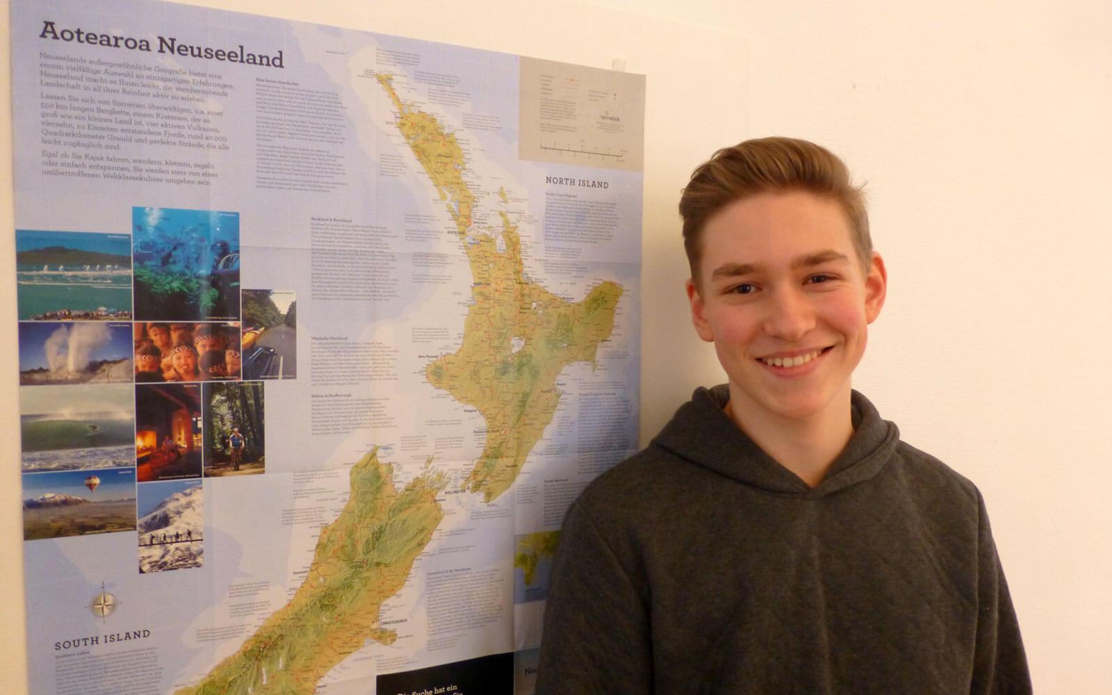 Neuseeland-Stipendiat Aaron steht vor Neusseland-Karte