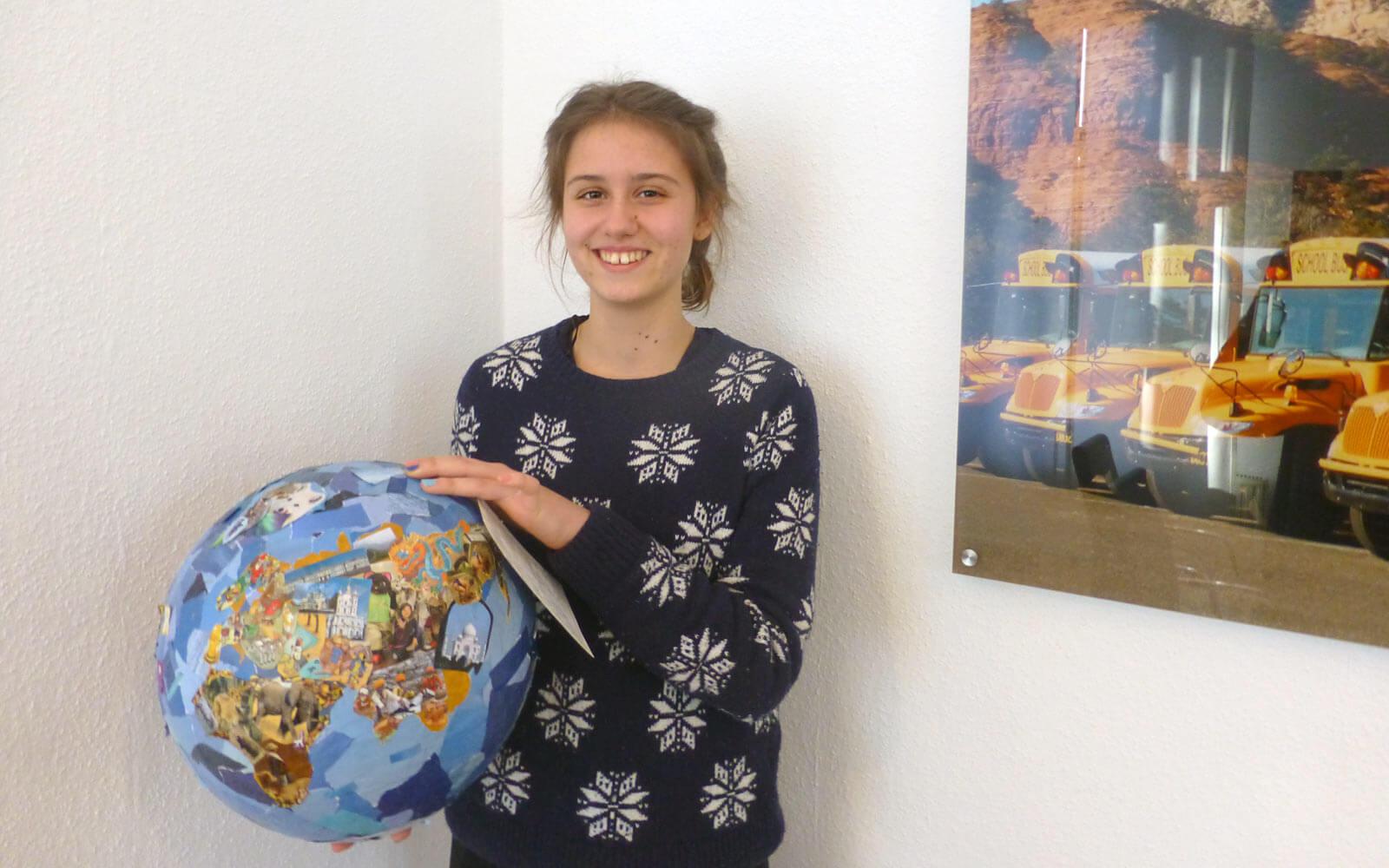 USA-Stipendiatin Mia mit ihrem Kreativbeitrag »Weltkugel« in der Hand