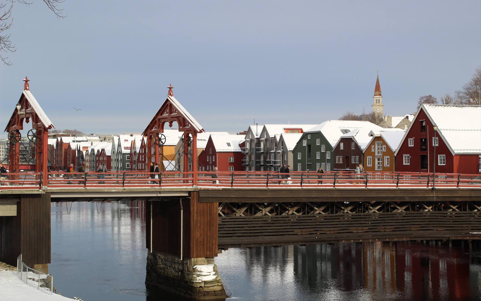 Alte Brücke und Häuserreihe spiegeln sich im Wasser