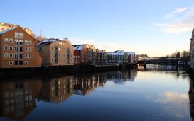 Häuserreihe spiegelt sich im Wasser