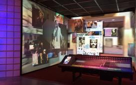 Interaktive, bunte Wände mit Bildern von Musikern im Rockheim Museum