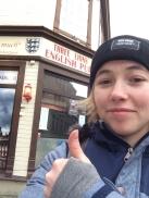 Selfie von Steffi mit Daumen hoch vorm Three Lions Pub