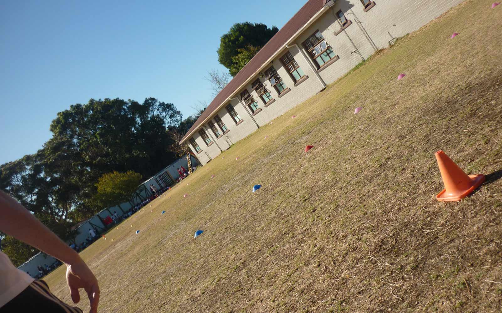 Freiwilligenarbeit Südafrika: Blick auf ein Fußballfeld an einer Schule