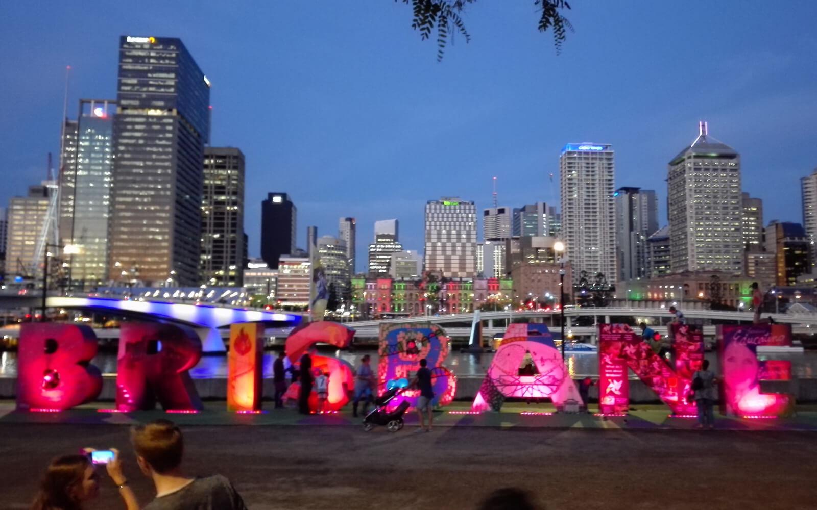 Skyline von Brisbane hinter leuchtendem »Brisbane«-Schriftzug