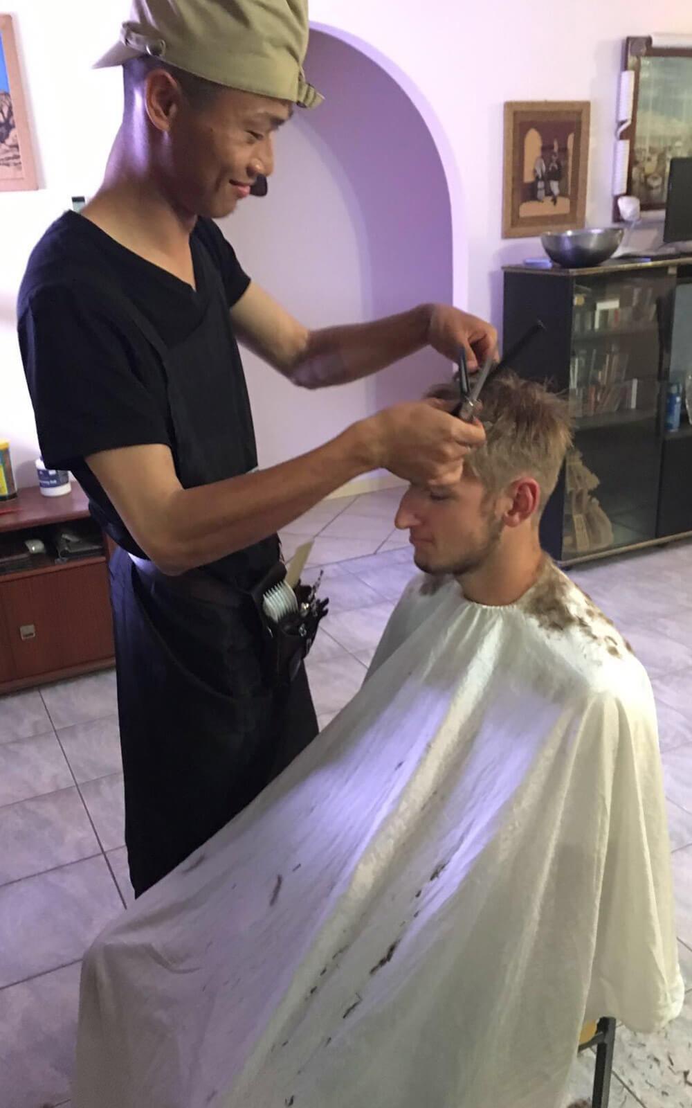Paul lässt sich einen neuen Haarschnitt verpassen