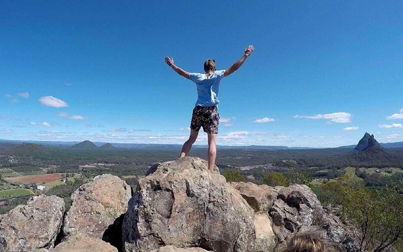 Paul genießt die Aussicht von einem Berggipfel