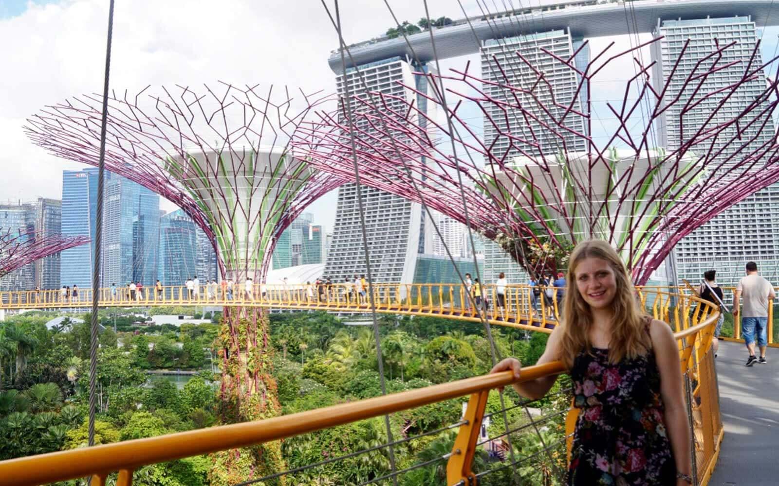 Lena vor der Skyline Singapurs