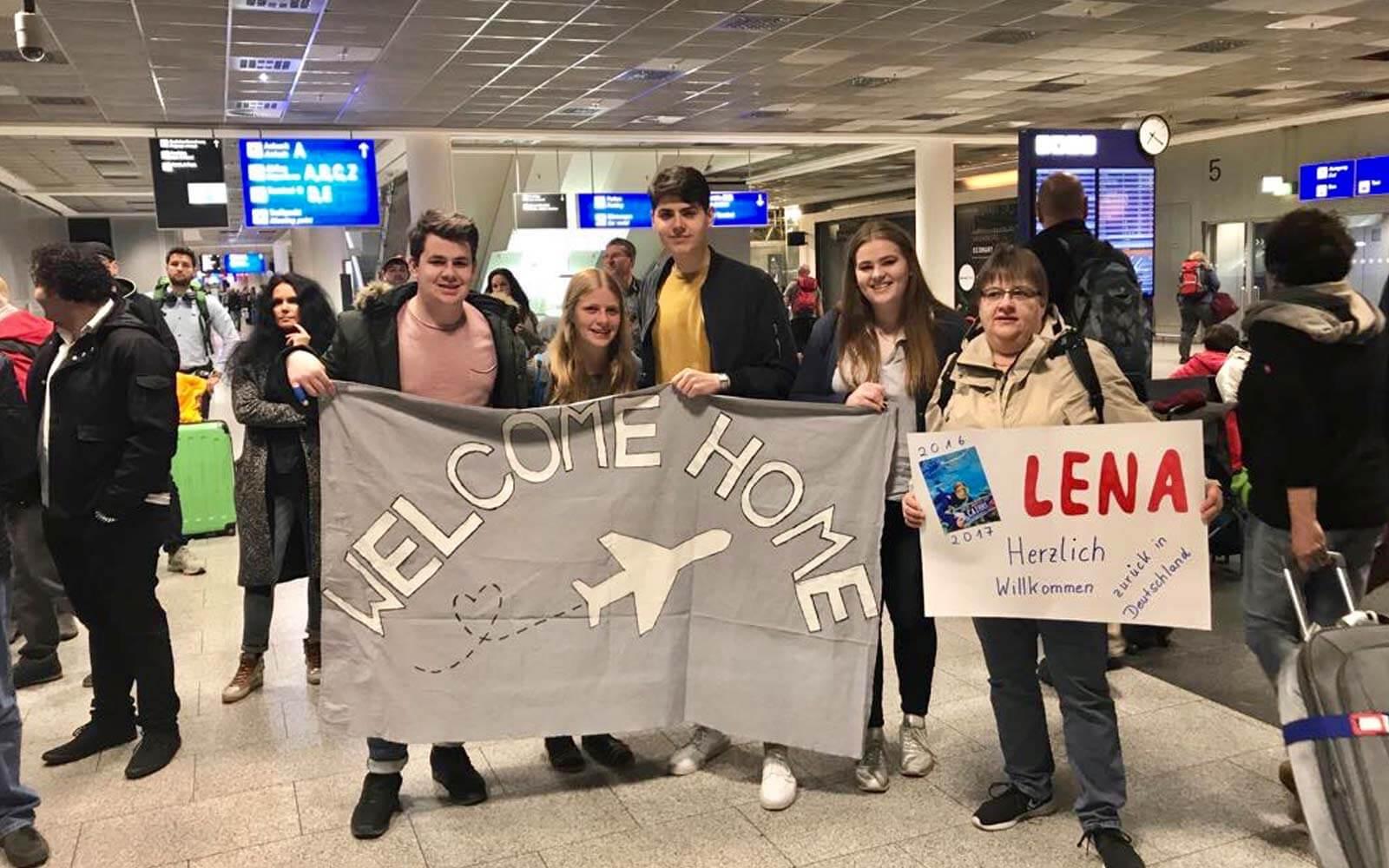 Freunde und Familie heißen Lena am Flughafen willkommen