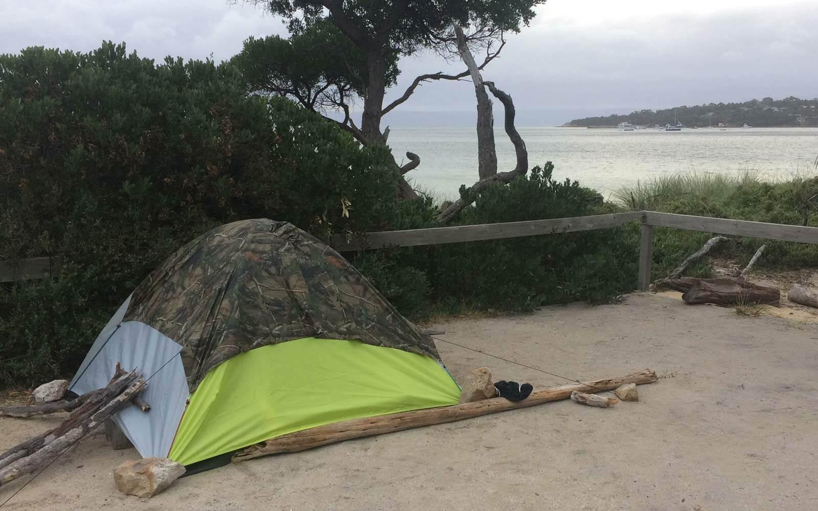 Max Zelt mit Steinen und Ästen vor Regen und Wind geschützt