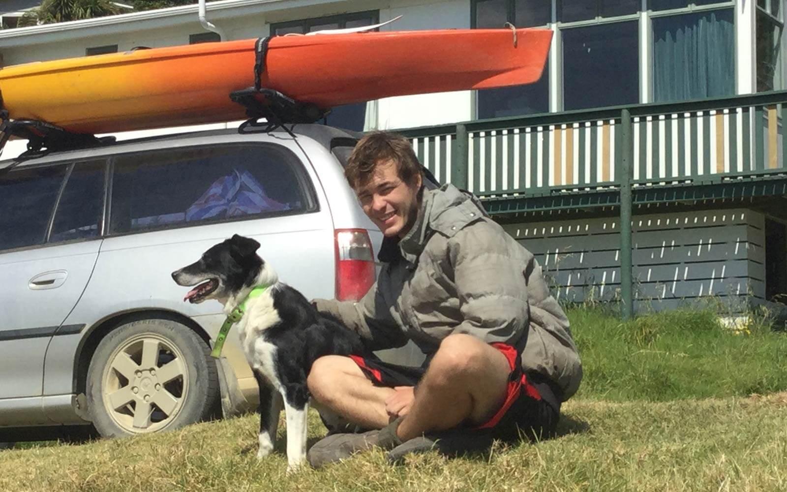 Justin mit Hund vor einem Auto