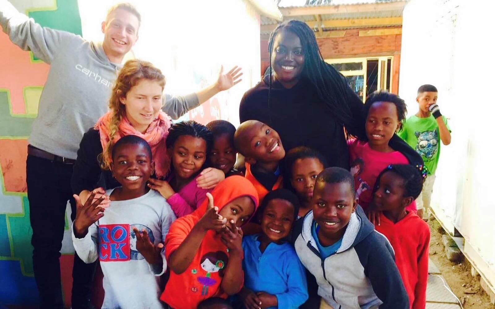 Robin mit den südafrikanischen Waisenkindern