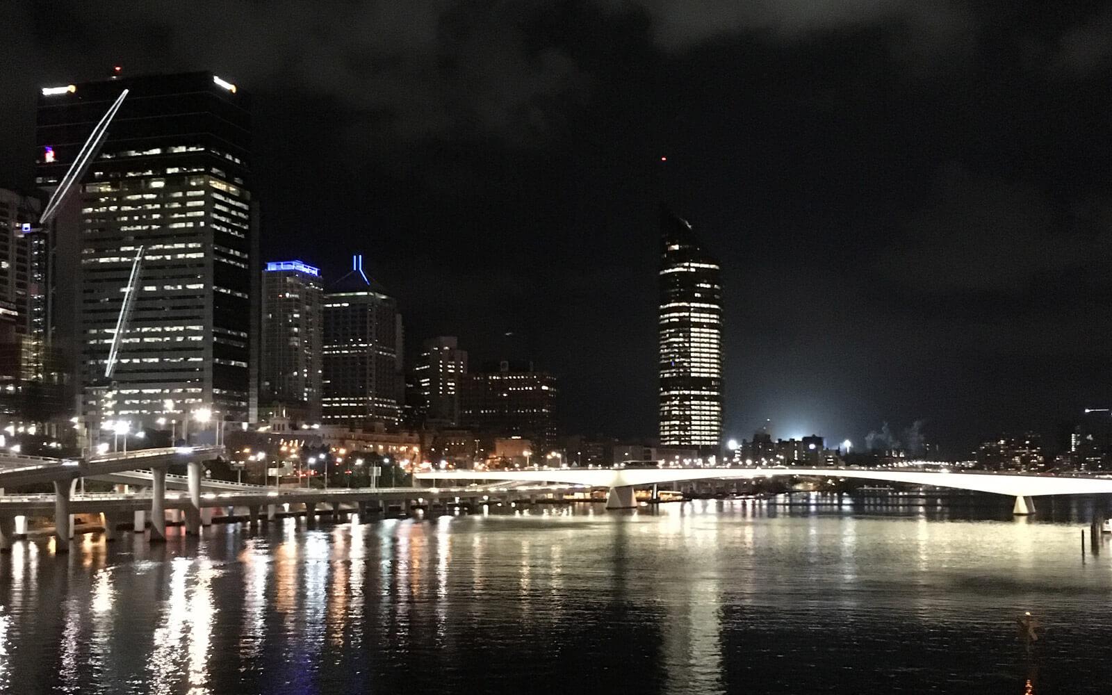 Die Skyline von Brisbane bei Nacht