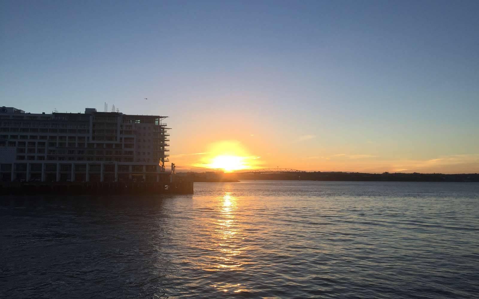 Sonnenaufgang am Meer in Neuseeland