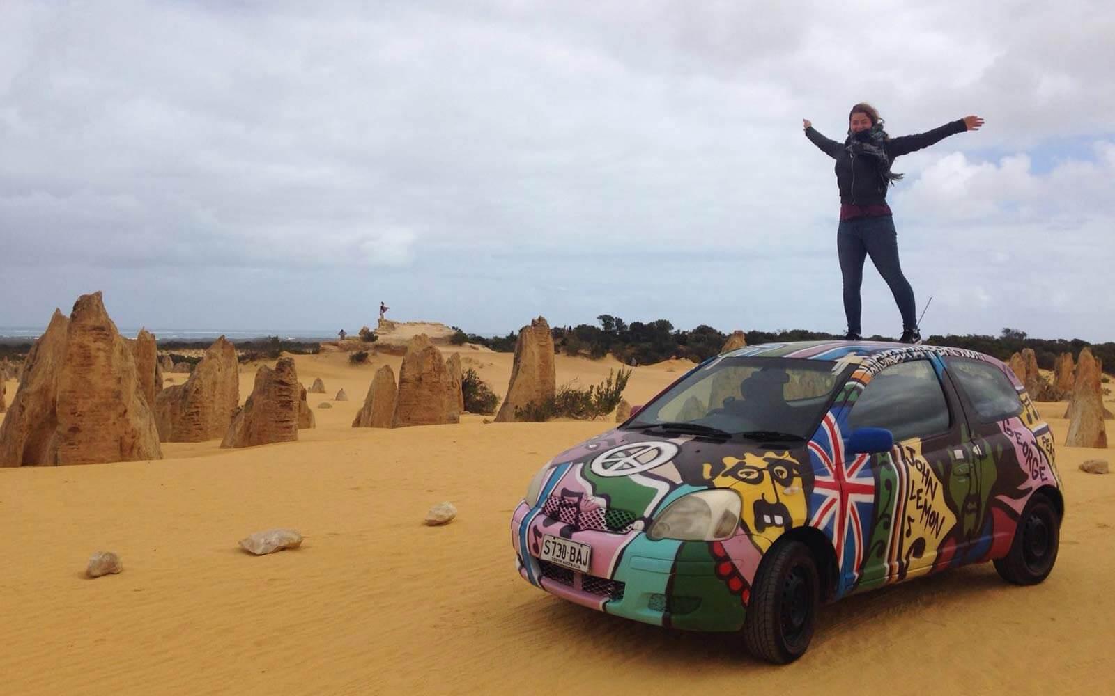 Stephanie steht auf einem bunten Auto