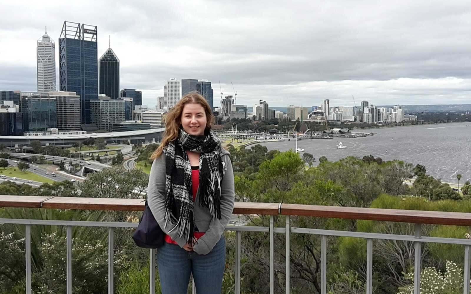Stephanie vor der Skyline einer australischen Stadt