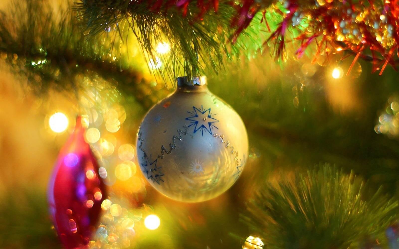 Weihnachtskugeln am Baum