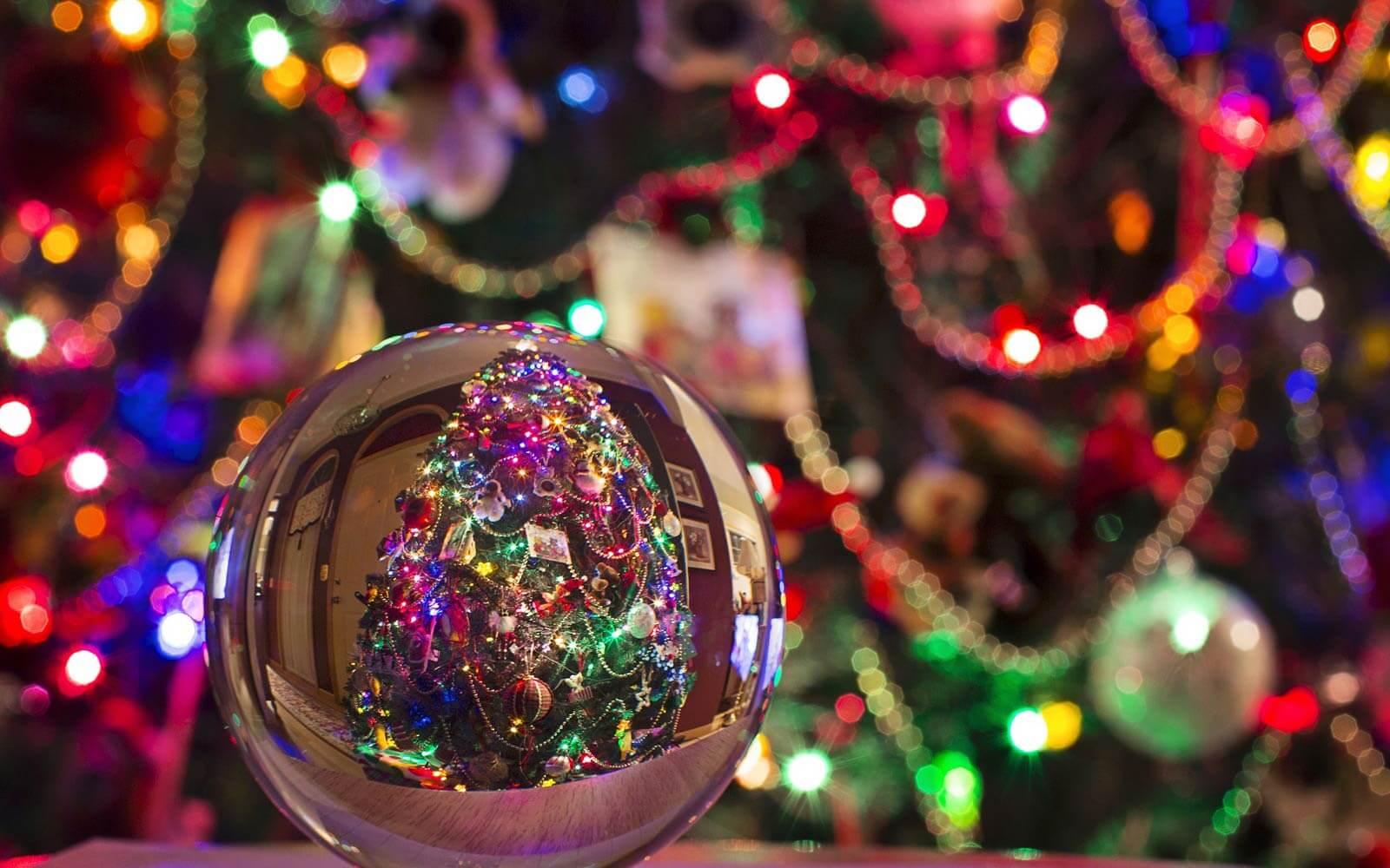 Weihnachtsbaumkugel vor Weihnachtsdekorationen
