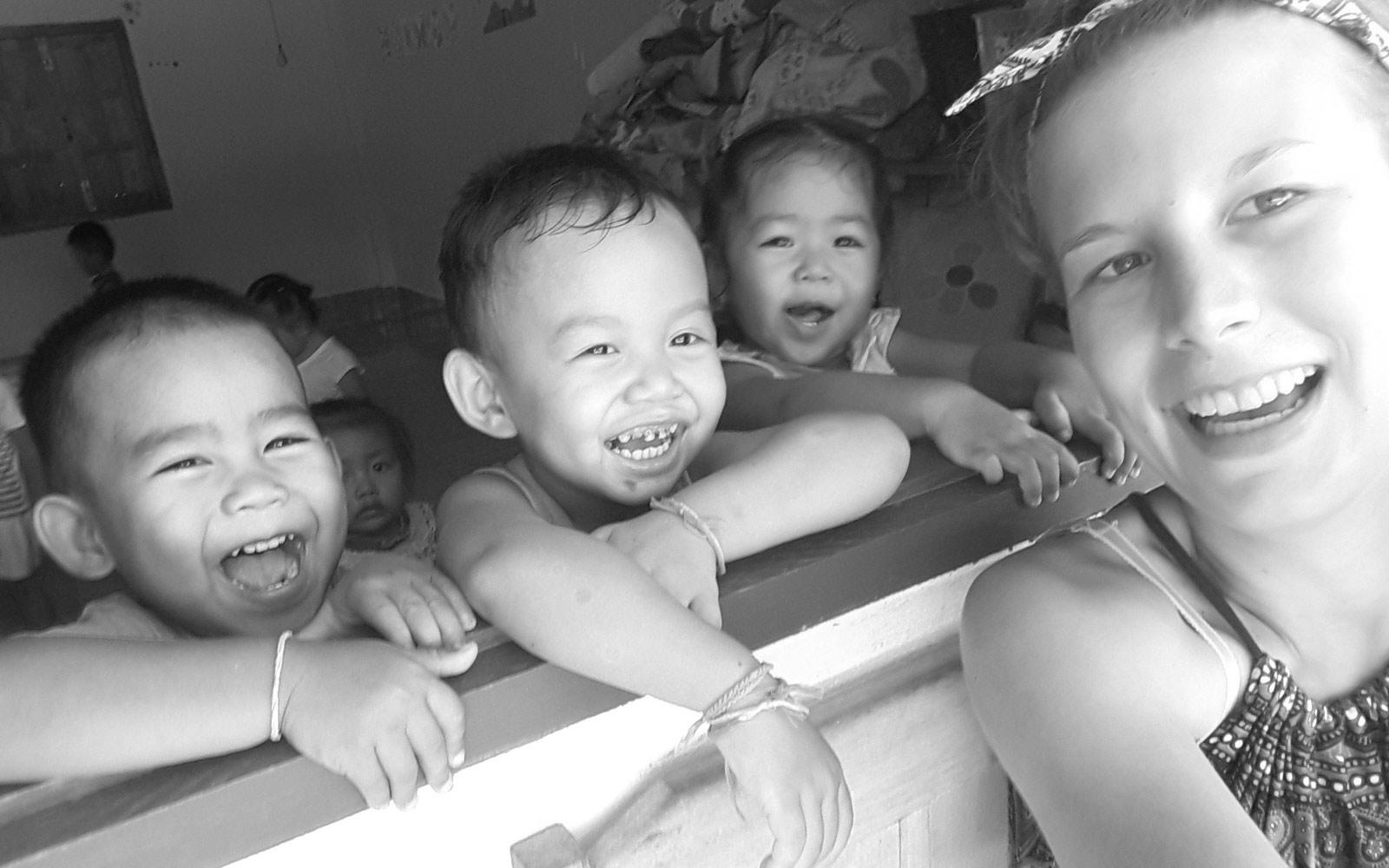 Anna macht einen Selfie mit drei Kindern