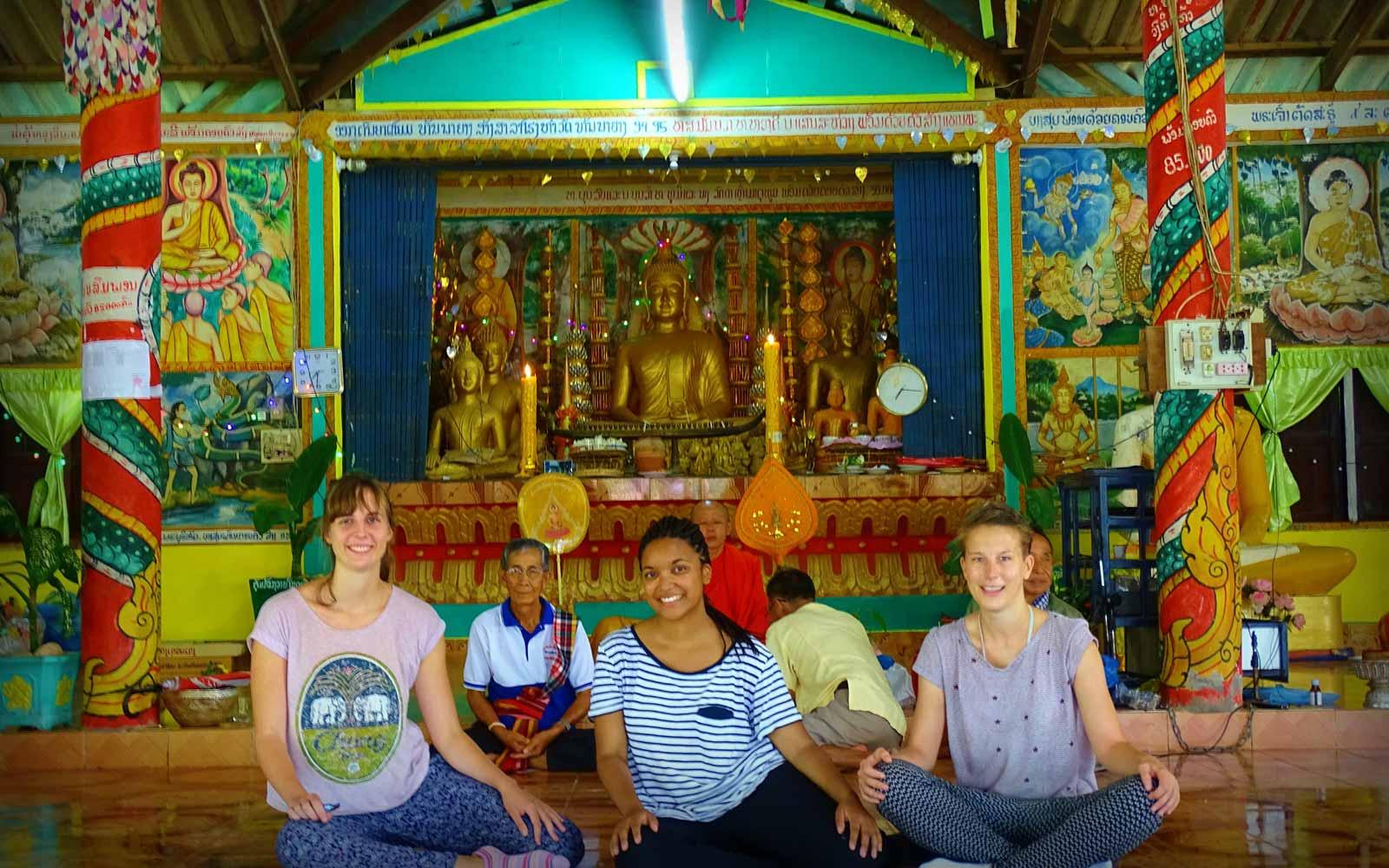 Die drei Mädchen besuchen einen Tempel