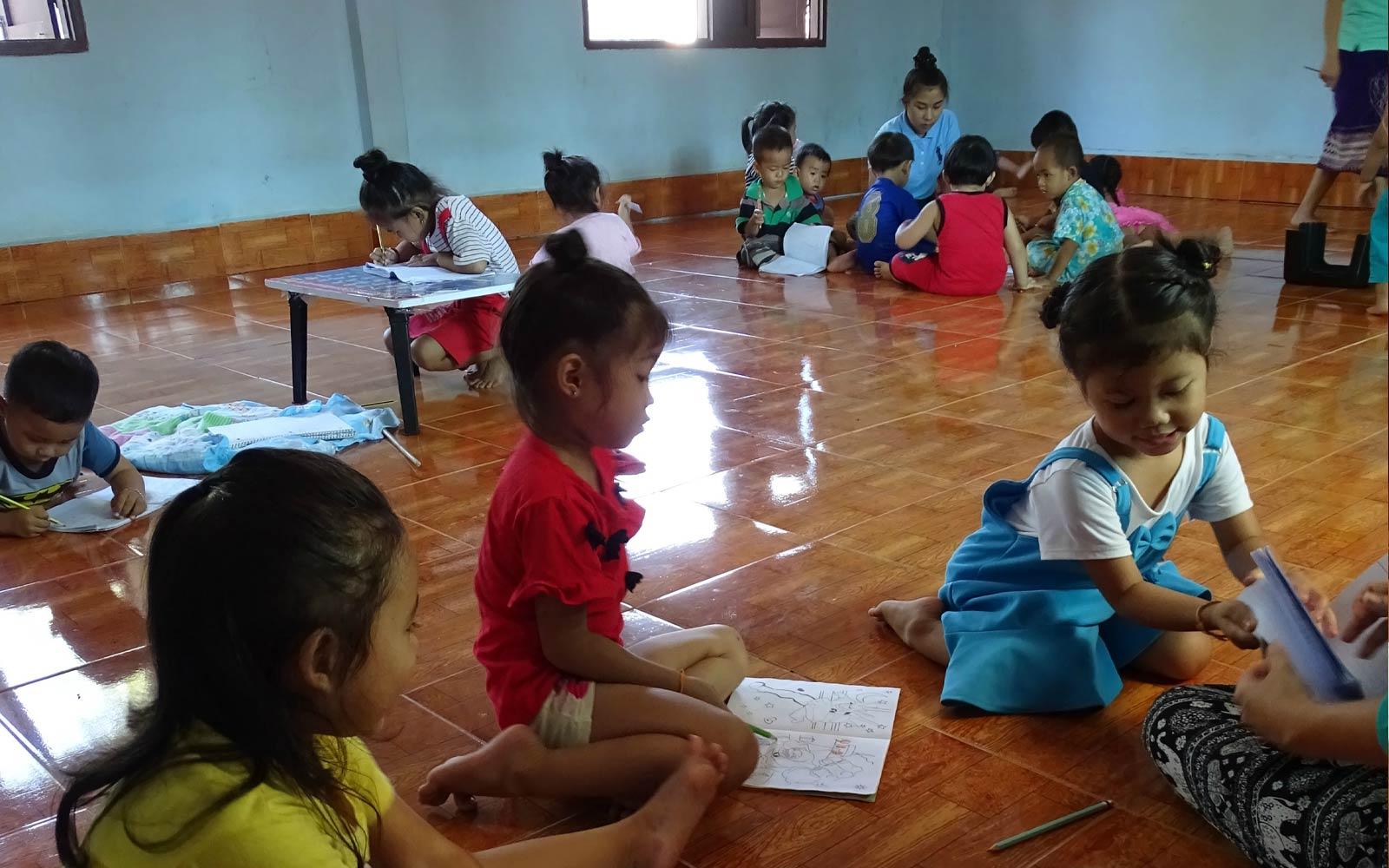 Kinder malen auf dem Boden