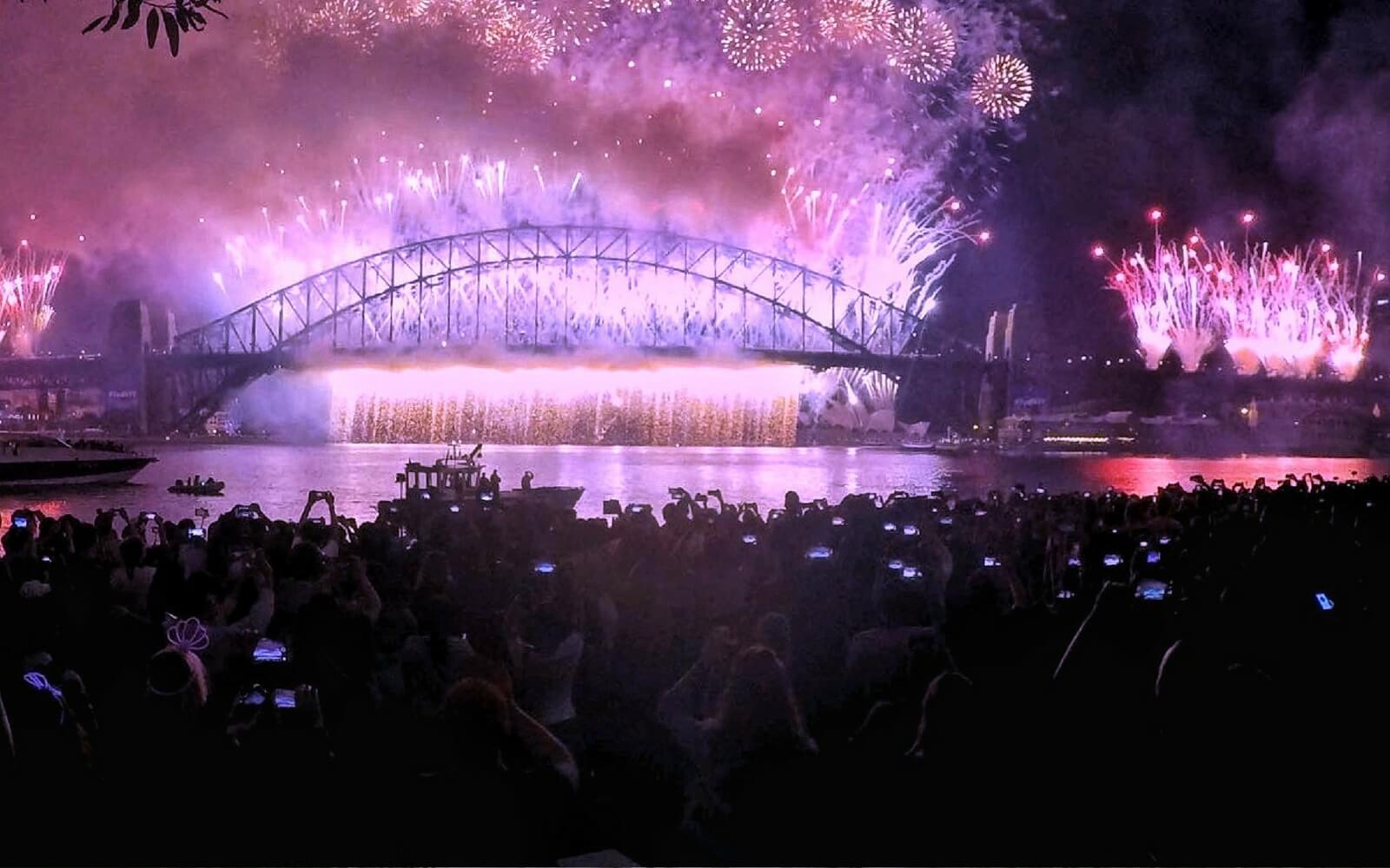 Feuerwerk über Brücke