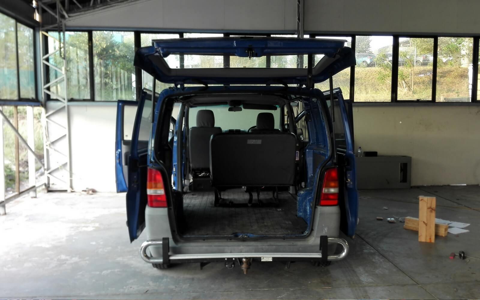 Dunkelblauer Van wird umgebaut