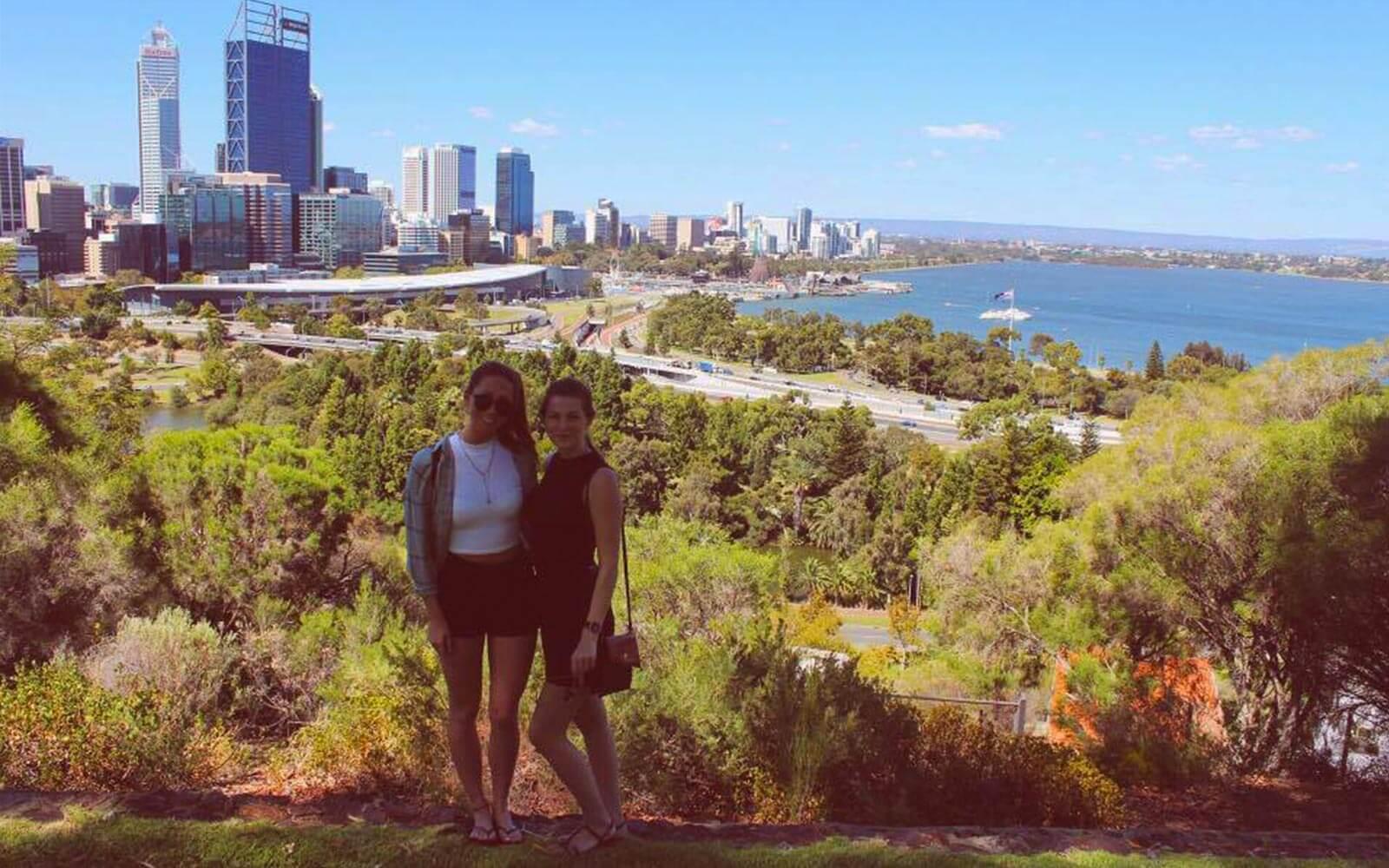 Jana vor der Skyline Perths
