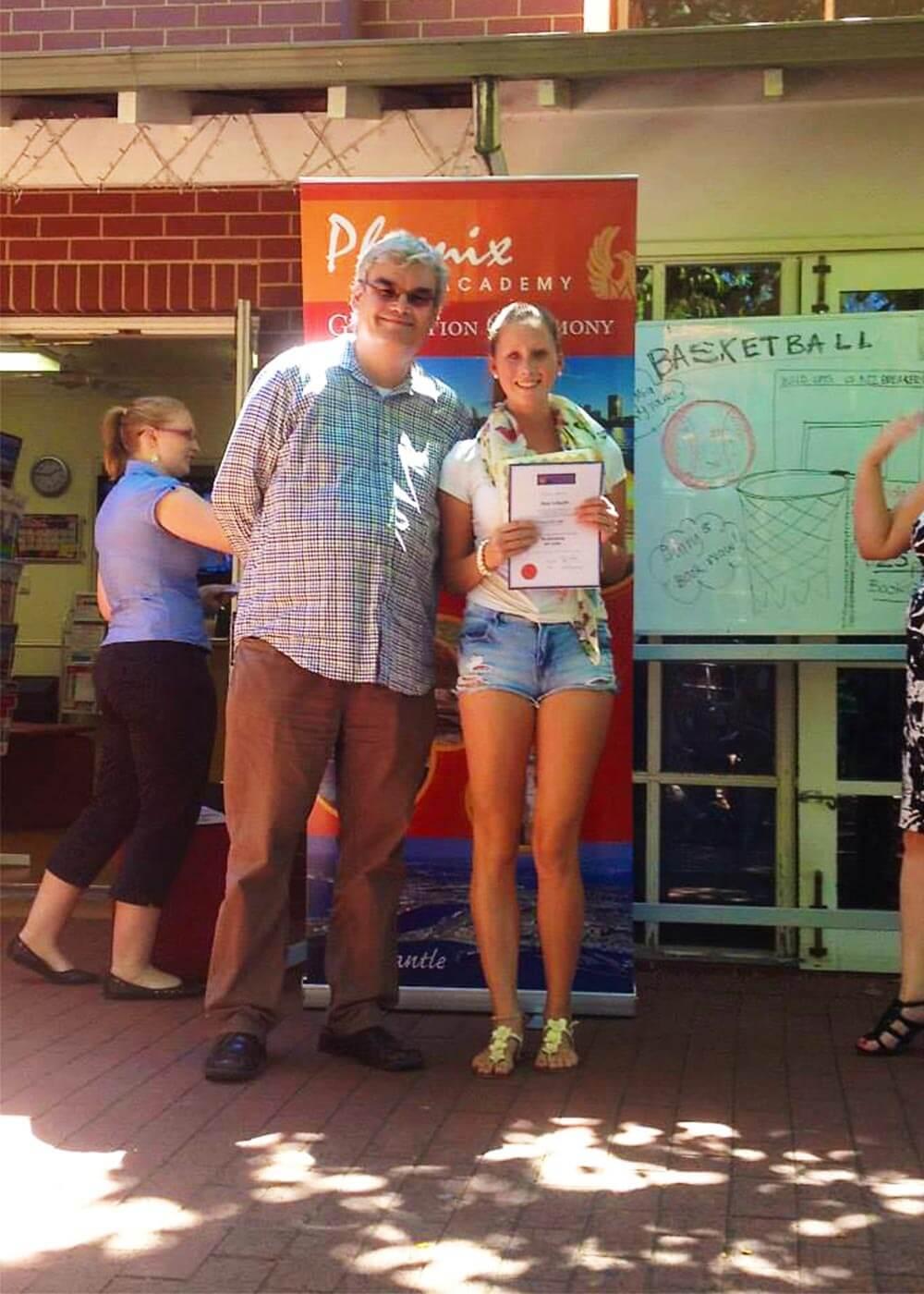 Jana hält stolz ihr Sprachschul-Zertifikat in Händen