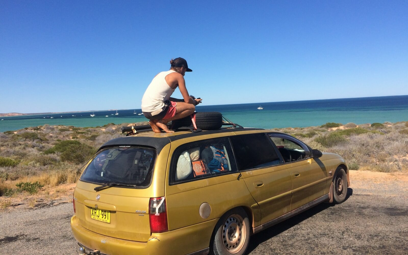 Gelbes Auto Strand
