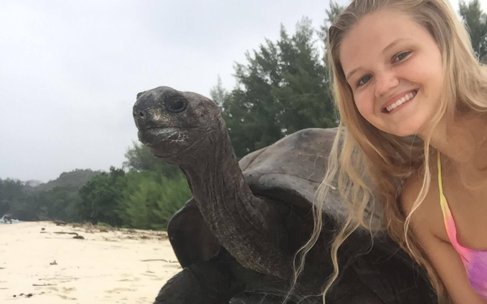 Greta mit einer Riesenschildkröte