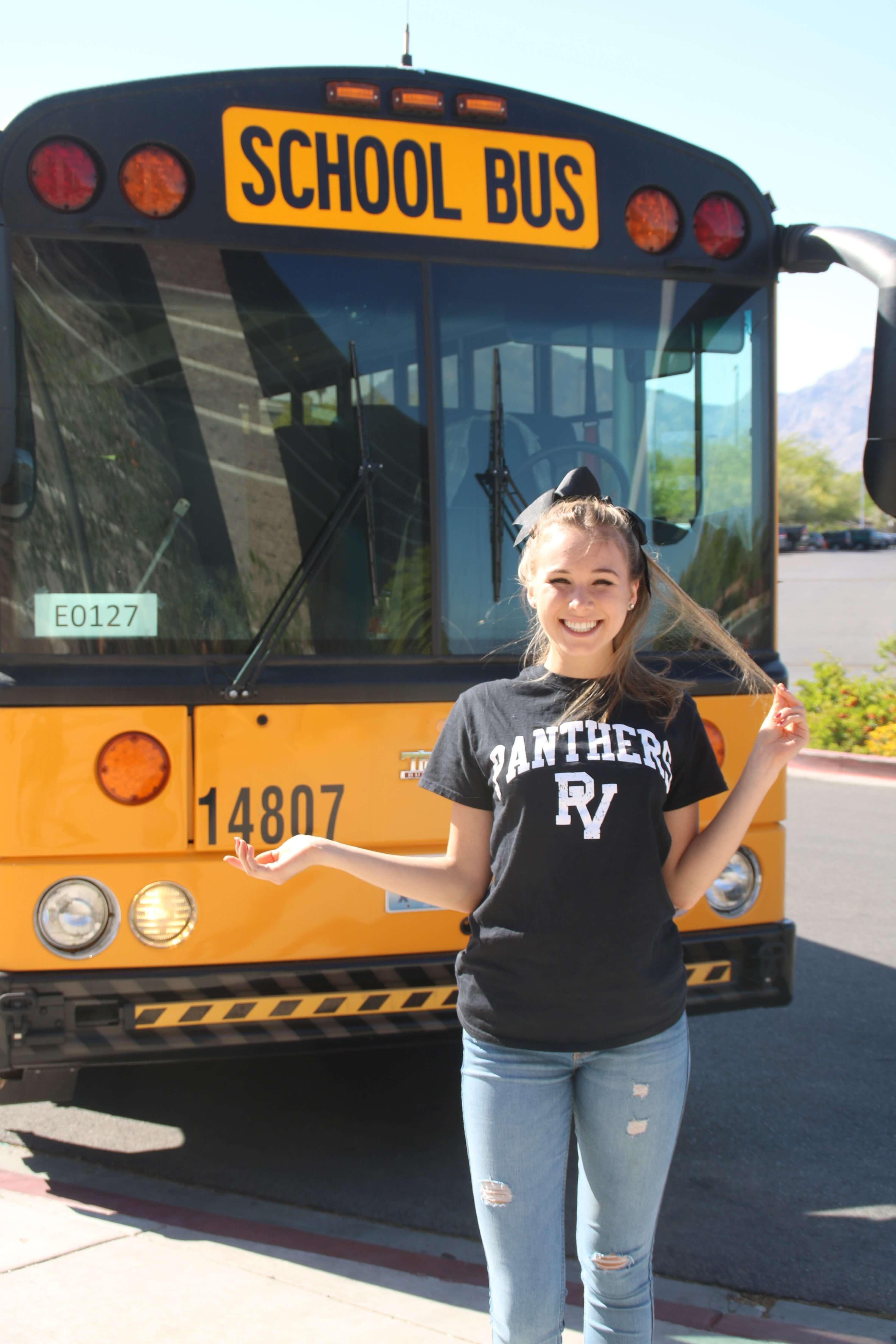 Anna-Valentina vor amerikanischem Schulbus