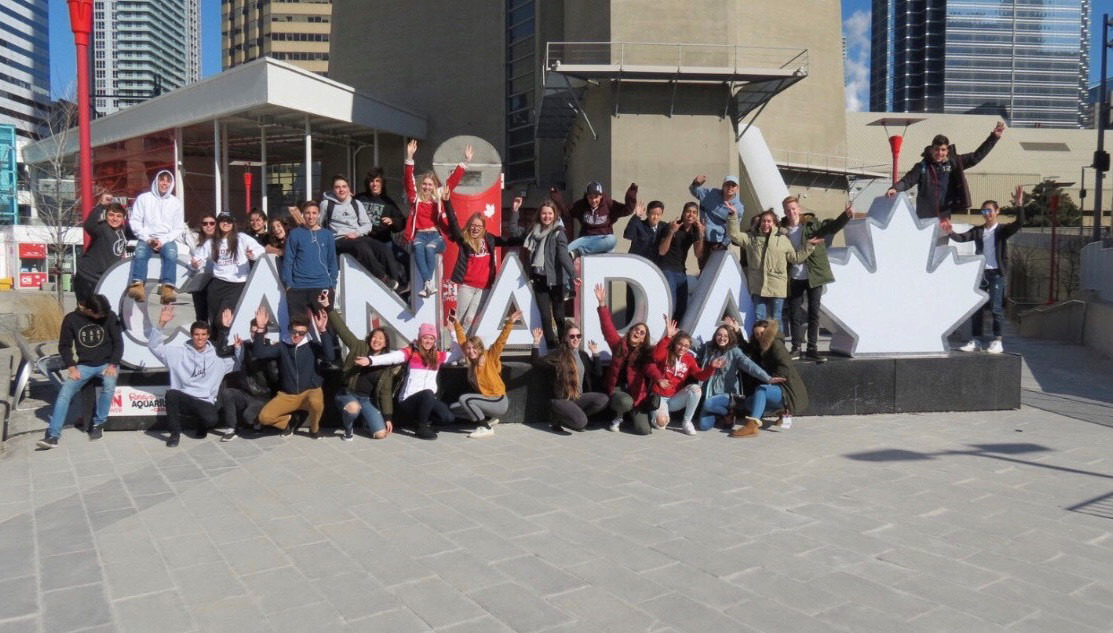 Gruppe Jugendlicher vor Canada Sign