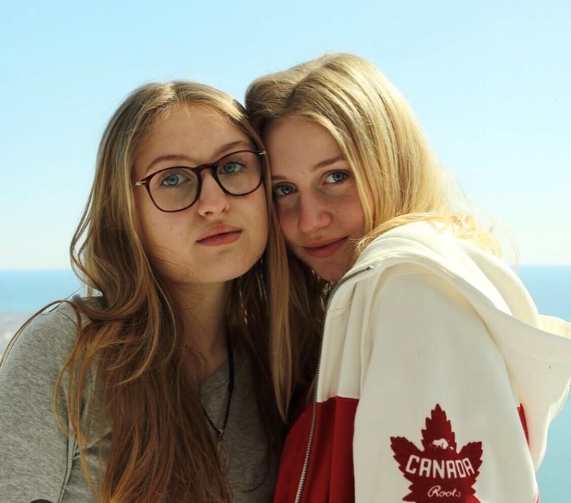 Zwei Mädels schauen in die Kamera