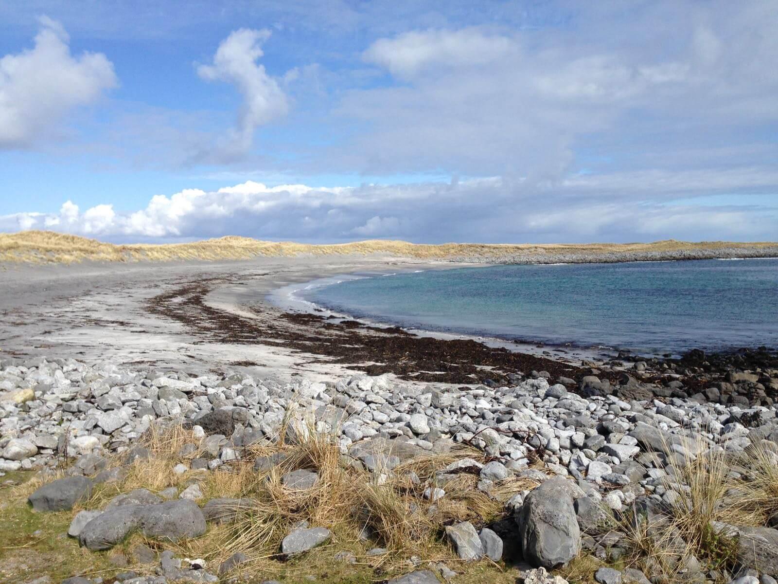 Sicht auf Strand in Irland