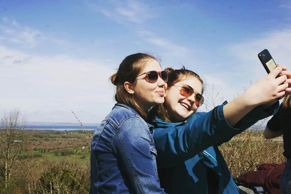 Leonie und Freundin machen ein Selfie
