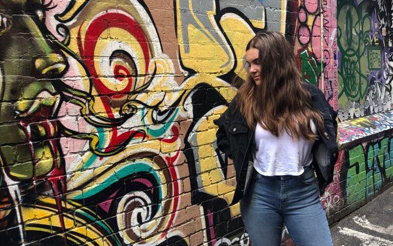 Schüleraustausch Australien: Kiana vor einer Graffitti-Wand in Melbourne