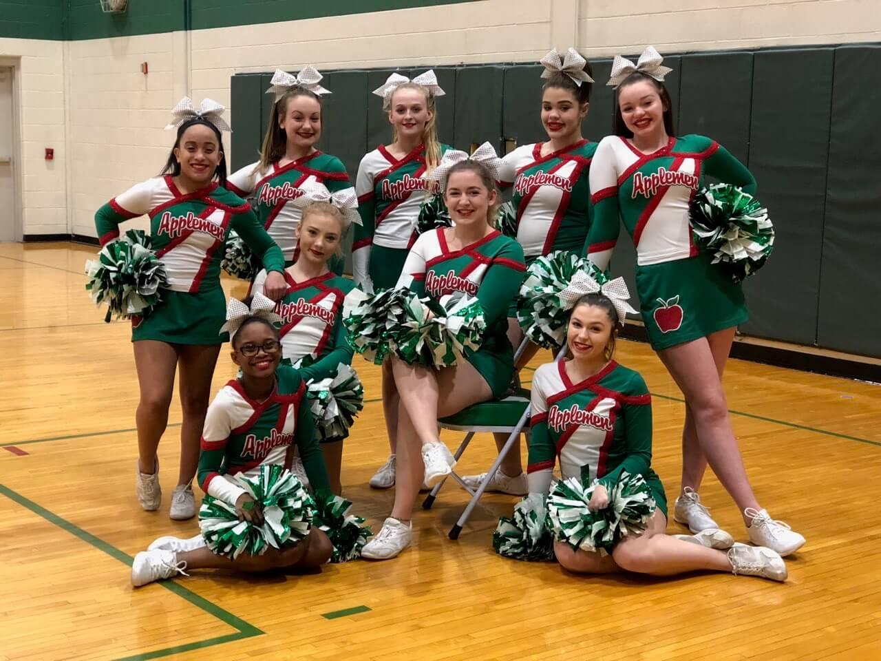 Cheerleading-Girls in einer Turnhalle