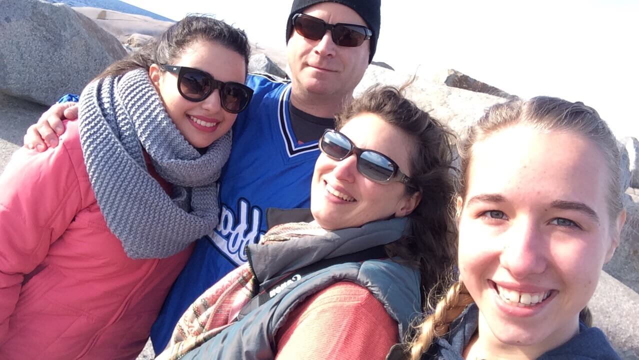 kanadische Eltern mit zwei Austauschschülerinnen